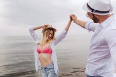Пары в влюбленности имея датировка потехи на пляже стоковое изображение rf