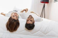 Пары в влюбленности лежа в кровати стоковая фотография