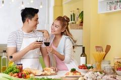 Пары в влюбленности наслаждаясь вином стоковое изображение