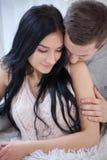 Пары в влюбленности обнимая и целуя дома Стоковые Фото