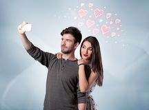 Пары в влюбленности принимая selfie с красным сердцем Стоковое Изображение RF