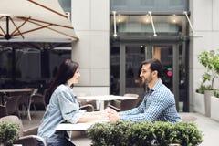 Пары в влюбленности сидя в кафе Стоковые Изображения