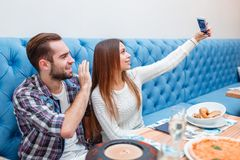 Пары в влюбленности тратят время в усаживании кафа и делают selfie на телефоне Стоковое Изображение RF