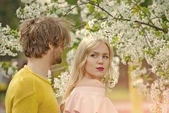 Пары в влюбленности Человек и женщина весной, пасха Стоковые Фото