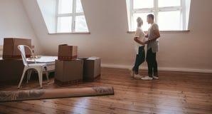 Пары в влюбленности двигая в новый дом Стоковая Фотография RF