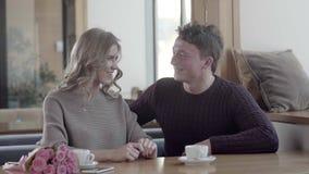 Пары в влюбленности в кафе: человек дает подарки на день ` s валентинки акции видеоматериалы