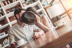 Пары в влюбленности в кафе стоковые изображения
