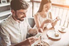 Пары в влюбленности в кафе стоковые изображения rf
