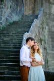 Пары в влюбленности гуляя вокруг старого замка Стоковое фото RF