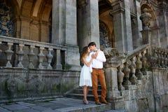 Пары в влюбленности гуляя вокруг старого замка Стоковое Изображение