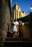 Пары в влюбленности гуляя вокруг старого замка Стоковые Фотографии RF