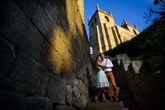 Пары в влюбленности гуляя вокруг старого замка Стоковые Фото