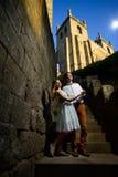 Пары в влюбленности гуляя вокруг старого замка Стоковая Фотография RF