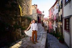 Пары в влюбленности гуляя вокруг старого замка Стоковые Изображения