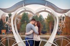 Пары в влюбленности идут около riverr, усмехаясь связанный вектор Валентайн иллюстрации s 2 сердец дня Стоковое Изображение RF