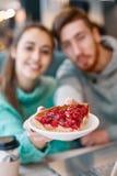 Пары в влюбленности на дате в кафе в дне валентинок Стоковые Фото