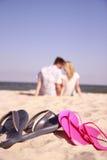 Пары в влюбленности на береге моря Стоковое Фото