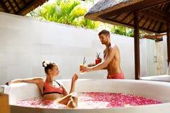 Пары в влюбленности на курорте Человек, женщина на романтичных каникулах стоковое изображение