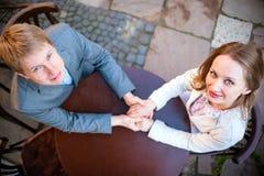 Пары в влюбленности на улице Стоковые Фото