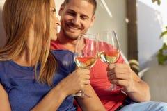 Пары в влюбленности тратя время и наслаждаясь вином Стоковое фото RF