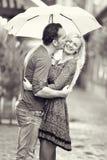 Пары в влюбленности целуя под дождем Стоковые Изображения