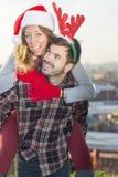 Пары в влюбленности outdoors с шляпами рождества Стоковая Фотография
