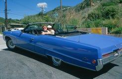 Пары в голубом автомобиле с откидным верхом Buick Electra стоковое фото rf