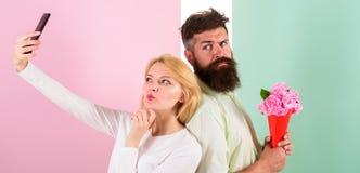 Пары в датировка букета влюбленности празднуют отношения годовщины Делить счастливое selfie Женщина захватывая счастливый момент стоковые фотографии rf