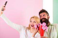 Пары в датировка букета влюбленности празднуют отношения годовщины Принимать фото Selfie Захватывать момент для того чтобы запомн стоковое фото
