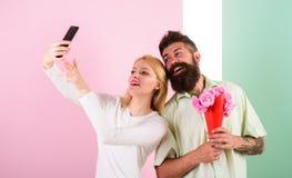 Пары в датировка букета влюбленности празднуют отношения годовщины Делить счастливое selfie Принимать фото Selfie захватывать стоковое фото rf