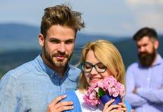 Пары в датировка влюбленности пока жена ревнивого бородатого человека наблюдая обжуливая его с любовником Концепция неверности Па стоковые фото