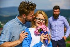 Пары в датировка влюбленности пока жена ревнивого бородатого человека наблюдая обжуливая его с любовником Любовники даты пар рома стоковые фотографии rf