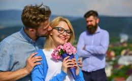 Пары в датировка влюбленности пока жена ревнивого бородатого человека наблюдая обжуливая его с любовником Романс flirt объятий лю стоковые изображения rf