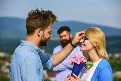 Пары в датировка влюбленности пока ревнивый экономно расходуют фиксированно наблюдать на предпосылке влюбленность принципиальной  стоковое изображение rf