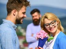 Пары в датировка влюбленности пока ревнивый экономно расходуют фиксированно наблюдать на предпосылке Любовники встречая внешнее р стоковые изображения rf