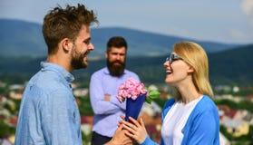 Пары в датировка влюбленности пока ревнивый экономно расходуют фиксированно наблюдать на предпосылке Букет настоящего момента люб стоковое фото rf