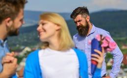 Пары в датировка влюбленности счастливом, жена ревнивого бородатого человека наблюдая обжуливая его с любовником Любовники встреч стоковая фотография