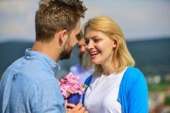 Пары в датировка влюбленности счастливом, жена ревнивого бородатого человека наблюдая обжуливая его с любовником Любовники даты п стоковые фотографии rf