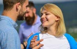 Пары в датировка влюбленности счастливом, жена ревнивого бородатого человека наблюдая обжуливая его с любовником Любовники даты п стоковое изображение