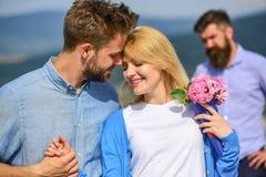 Пары в датировка влюбленности счастливом, жена ревнивого бородатого человека наблюдая обжуливая его с любовником сломленное сердц стоковое фото