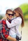 Пары в лете влюбленности, нося солнечные очки портрета счастливые молодые, имеющ потеху Стоковые Фото