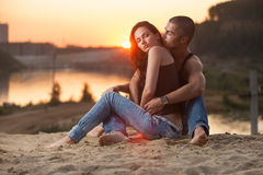 Пары в джинсах на пляже Стоковая Фотография RF