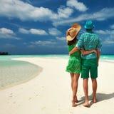 Пары в зеленом цвете на пляже на Мальдивах Стоковое Изображение RF