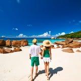 Пары в зеленом цвете на пляже на Сейшельских островах Стоковая Фотография