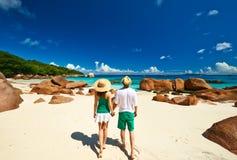 Пары в зеленом цвете на пляже на Сейшельских островах Стоковые Изображения RF
