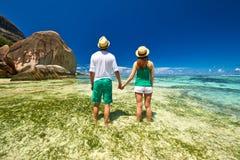 Пары в зеленом цвете на пляже на Сейшельских островах Стоковое Изображение
