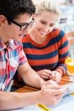 Пары в изображениях кафа улицы наблюдая праздников Стоковая Фотография