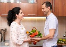 Пары в интерьере кухни с коробкой свежих фруктов и овощей, здоровой концепции еды, беременной женщины и человека Стоковая Фотография RF