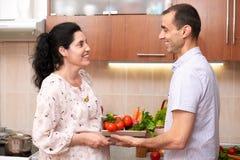 Пары в интерьере кухни с коробкой свежих фруктов и овощей, здоровой концепции еды, беременной женщины и человека Стоковые Фотографии RF