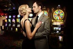 Пары в казино стоковые фотографии rf